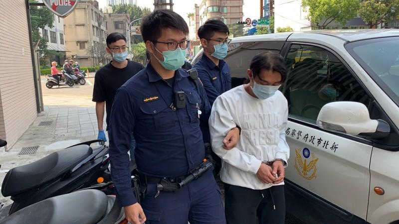 警方將郭男(右一)依毒品罪嫌送辦。(記者陳薏云翻攝)