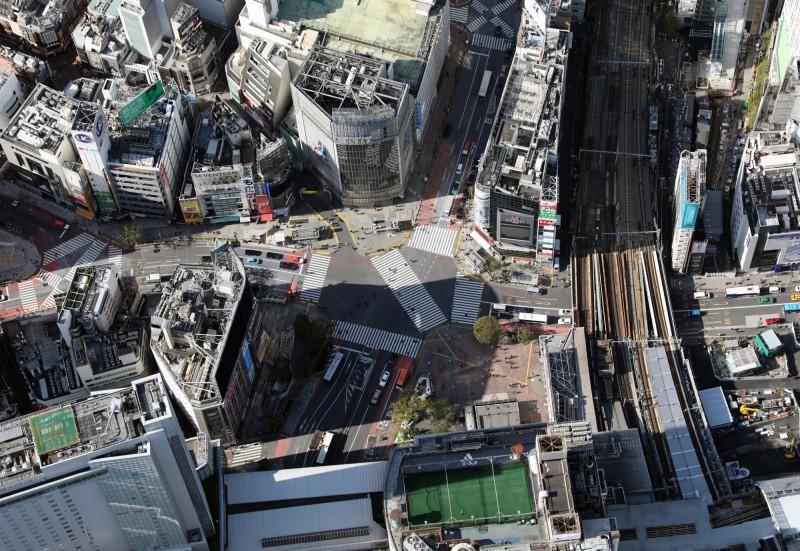 日本緊急狀態宣言擴及全國,圖為平時人潮汹湧的渋谷街頭,人潮已不復見。(歐新社)