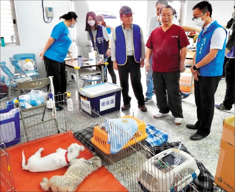 「台灣之心愛護動物協會」的獸醫師,昨天到台東市建農里免費為犬貓絕育。台東縣府農業處長許家豪(右)到場表示感謝。(記者黃明堂翻攝)
