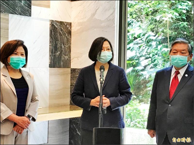 華航正名引起熱議,總統蔡英文昨表示,這個問題核心在於辨識性,讓人民有感受上的問題,因為沒有辦法讓外國人辨識(口罩捐贈)來源究竟是台灣或是中國,來自台灣就要有足夠的辨識性。(記者李雅雯攝)