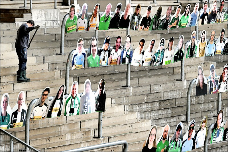 德國甲級足球聯賽因武漢肺炎疫情持續延期,由於德國政府頒布的群聚禁令直到八月底才截止,「門興格萊德巴赫隊」的支持者特別在主場普魯士公園球場製作人形立牌,為空蕩蕩的體育場營造比賽的氣氛。(歐新社)