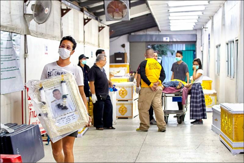 泰國報告指一名法醫疑似遭武漢肺炎患者遺體傳染病毒,確診後死亡,此例凸顯新冠病毒對法醫鑑識人員的威脅。圖為今年二月泰國呵叻府一處太平間工作人員。(美聯社檔案照)