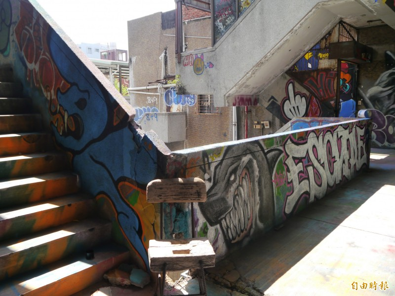 千越大樓化身台中塗鴉聖地。(記者張軒哲攝)