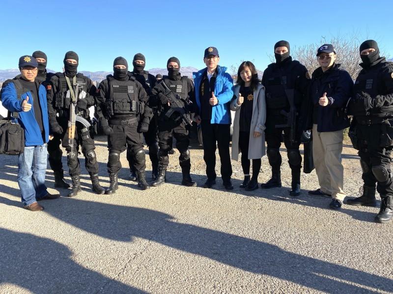 刑事局國際科長甘炎民(圖中藍衣者)帶隊前往蒙國協商,並跟蒙國反恐部隊合影(記者邱俊福翻攝)