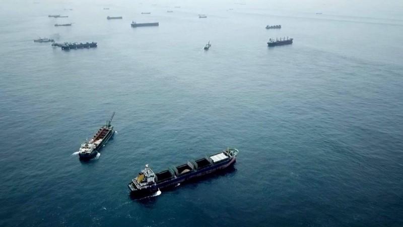 中國武漢肺炎疫情逐步解除封城令,台灣淺堆中國抽砂船再現群聚。(澎湖海巡隊提供)