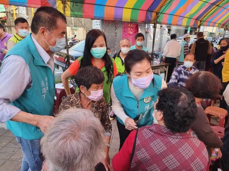 立委陳秀寶、縣議員賴清美都到場關心和美老人互助會籌組自救會的進度。(記者劉曉欣翻攝)