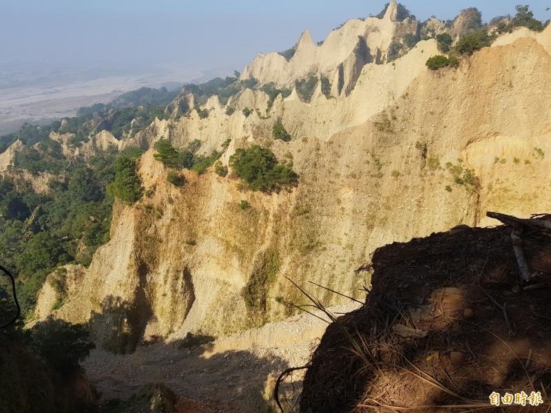 三義火炎山是台灣南、北氣候的分水嶺,原為礫岩紅土台地,經大安溪溪水的切割,加上侵蝕、崩塌作用,而形成壁立山峰、礫石層、卵石流、地下伏流等特殊地形景觀。(記者彭健禮攝)