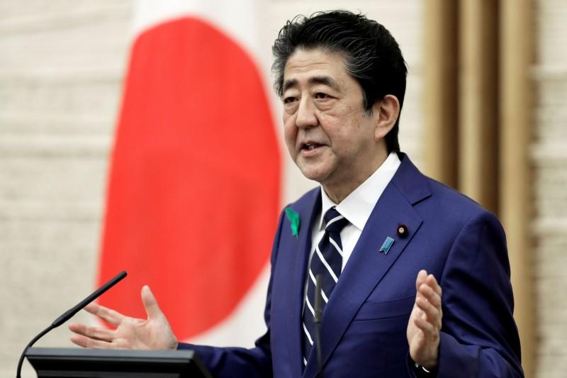 本首相安倍晉三今晚召開記者會說明武漢肺炎疫情,回答記者提問時表示,日本一直都強力支持台灣以觀察員身分參與WHO。(路透)