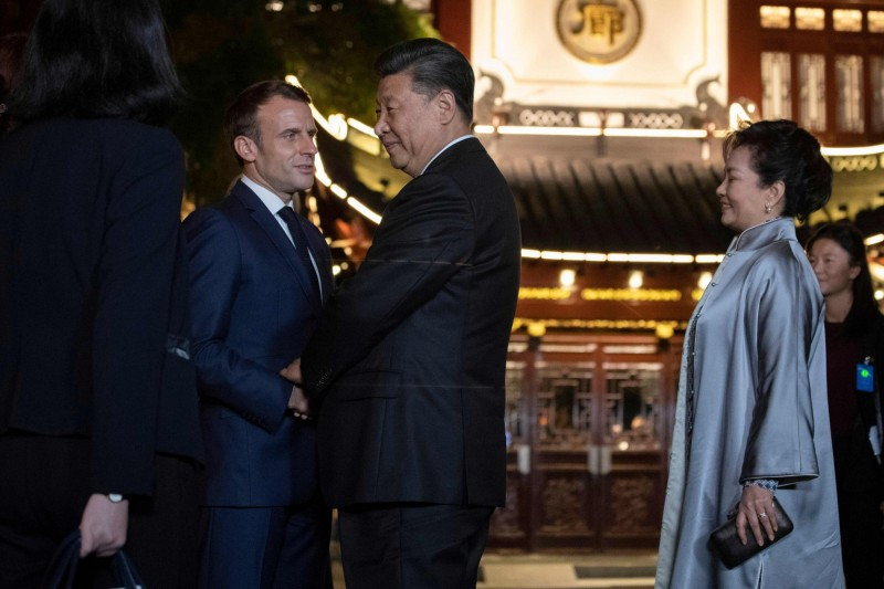 中國外交部稱法國總統馬克宏(左2)疫情爆發至今3度與習近平(左3)通話,稱讚中國防疫成效。(法新社)