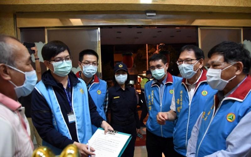 南投縣副縣長陳正昇(右)帶隊稽查8大行業情形。(記者謝介裕翻攝)