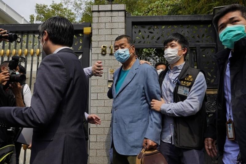 港警今日大舉出動逮捕多名泛民主派人士,亦拘捕壹傳媒創辦人黎智英(圖中)。(美聯社)
