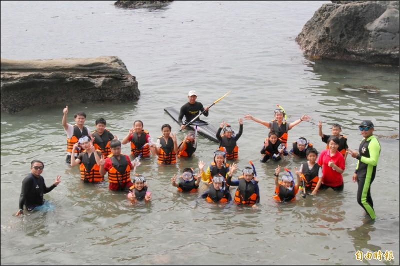 鼻頭國小海上運動成果展,孩子開心的畢業。(資料照,記者林欣漢攝)