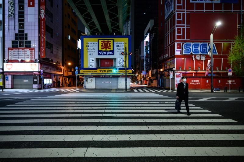 今日是日本全國進入緊急狀況後首個週末,日本境內確診破萬。(法新社)