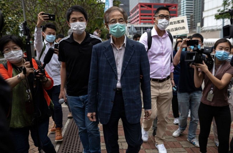 香港警方今(18)日突襲逮捕有「香港民主之父」之稱的香港民主黨創黨主席李柱銘(中)。(歐新社)