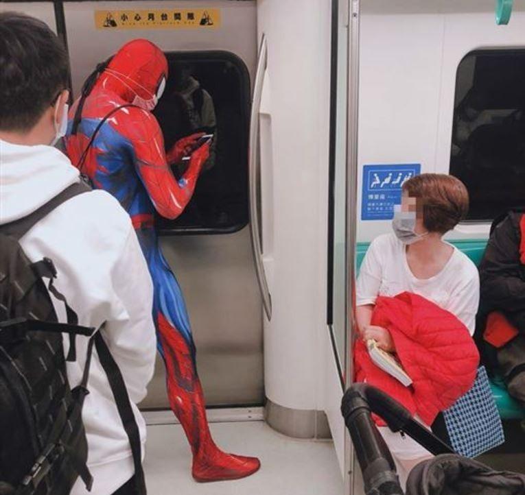 有網友在搭捷運時看到民眾穿著超狂「防疫裝」,讓一旁乘客都看了傻眼,照片曝光也笑翻不少網友。(圖擷取自臉書《爆廢公社》)