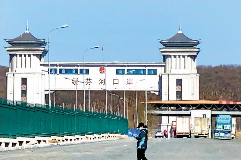 與俄羅斯接壤的黑龍江省綏芬河口岸的檢查哨職員戴上口罩,慎防「武漢肺炎」由境外移入。(路透)