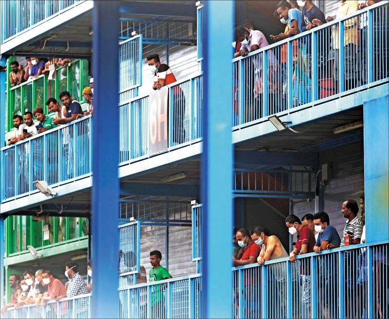 新加坡武漢肺炎新增病例急速增加,大多來自住在專用宿舍的外籍移工,其中又以S11榜鵝宿舍人數最龐大,顯示該族群已成防疫一大未爆彈。(路透)