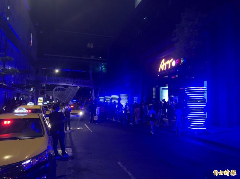 周末夜台北市信義區夜店外再現排隊人潮。(記者姚岳宏攝)