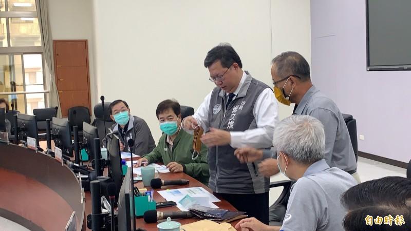 市長鄭文燦收到原民局長林日龍帶來的原民風口罩套,立刻將口罩套入戴上。(記者陳恩惠攝)