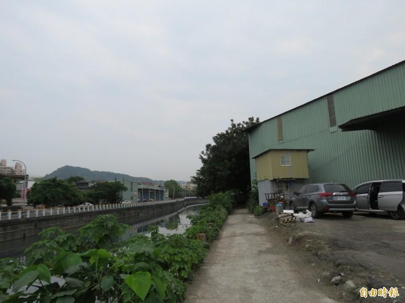 橫跨新北市新莊與泰山交界的塭仔圳有大量違規鐵皮工廠。(記者陳心瑜攝)
