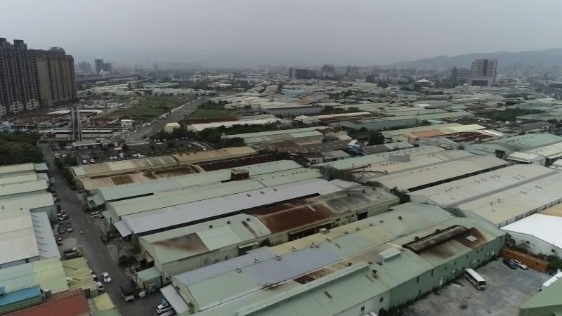 塭仔圳市地重劃區域現地有將近六千間鐵皮工廠。(新北地政局提供)