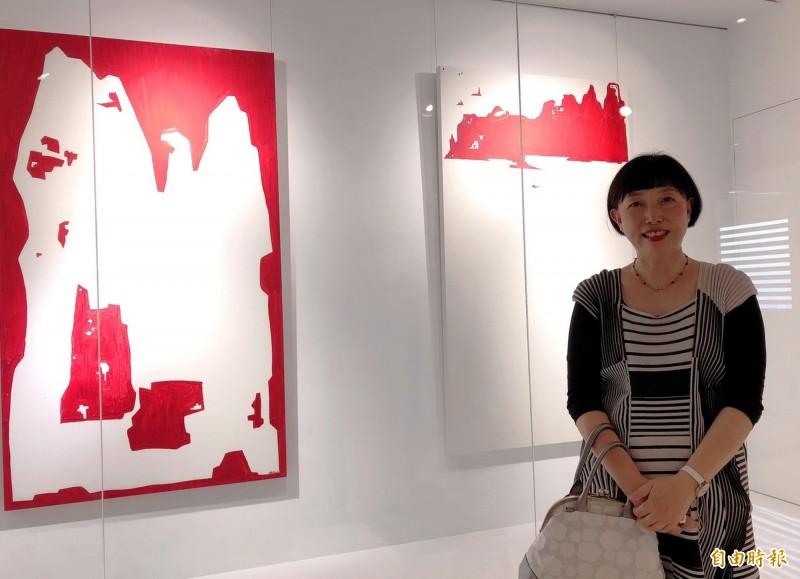 藝術家林純如與作品合影。(記者張菁雅攝)