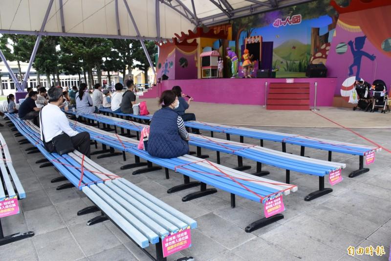 小人國主題樂園加強設施、扶手消毒,座位採等距間隔。(記者李容萍攝)