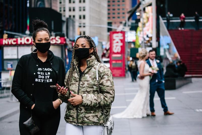 美國紐約州州長古莫今日簽署行政命令,讓婚禮因疫情被迫取消的新人們,可以透過網路視訊如Zoom等軟體完成結婚儀式。圖為紐約民眾身後有新人在拍婚紗照。(歐新社檔案照)