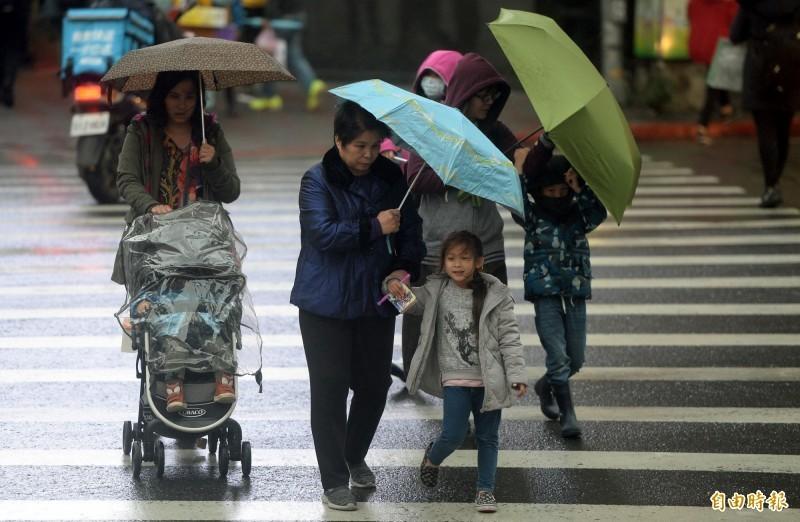 明起隨著鋒面南下,氣溫將逐日緩降,週二起天氣將轉為濕涼多雨,週三到週五降雨範圍更將擴展至中部,要到週六降雨才會減緩。(資料照)