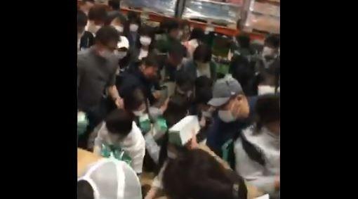 有日本網友PO出民眾在Costco爭搶口罩的畫面,網友看到後除了批評,「實在太難看了」,更擔心會導致群聚感染。(圖擷取自推特 @ronken04)