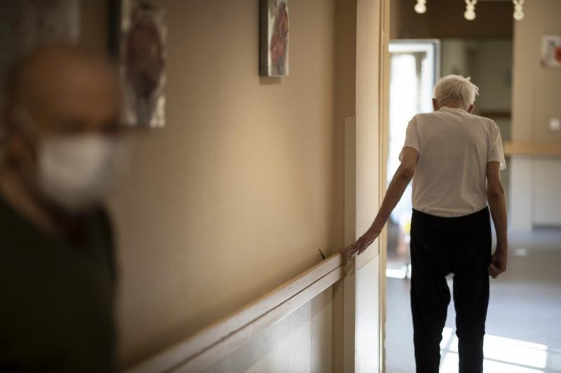 近期許多歐洲政府開始思考「長者孤獨感」和防疫措施之間的平衡。(美聯社)