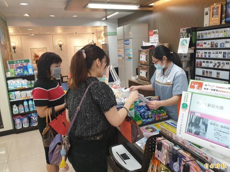 「口罩實名制3.0」政策,將在本週三(22日)正式上路,民眾可直接持健保卡到超商預購口罩。(資料照)