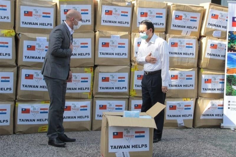 台灣援助拉美友邦抗疫。圖為台灣捐贈28萬片口罩近日運抵巴拉圭,巴拉圭衛生部長馬索雷尼(左)18日特地推文感謝台灣,形容對巴拉圭是巨大幫助。(圖取自twitter.com/MazzoleniJulio)