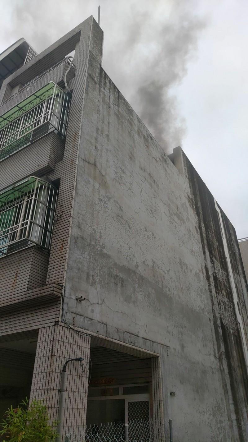 台南市東區崇善路民宅今天下午失火。(記者王俊忠翻攝)