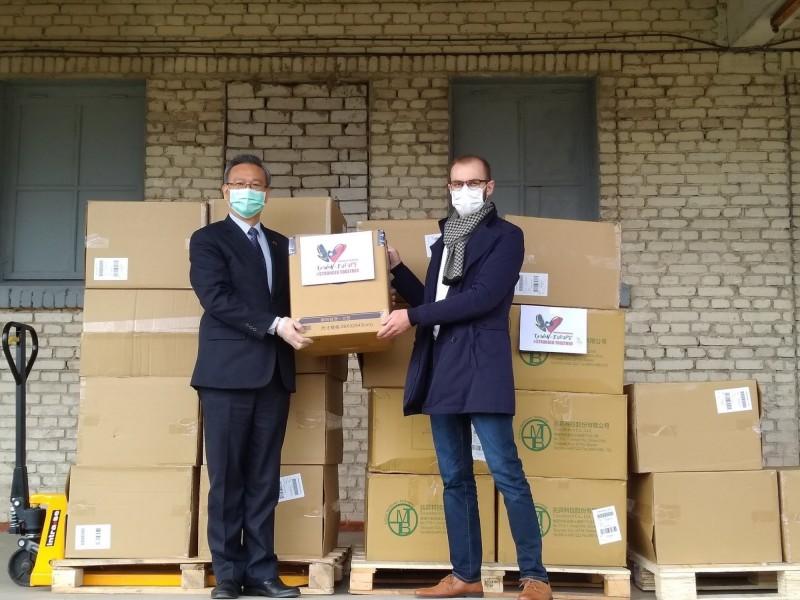 駐拉脫維亞代表金星(左)將口罩移交給拉脫維亞國家衛生局長 Edgars Labsvirs(右),祝願拉脫維亞早日戰勝疫情。(取自駐拉脫維亞代表處臉書)