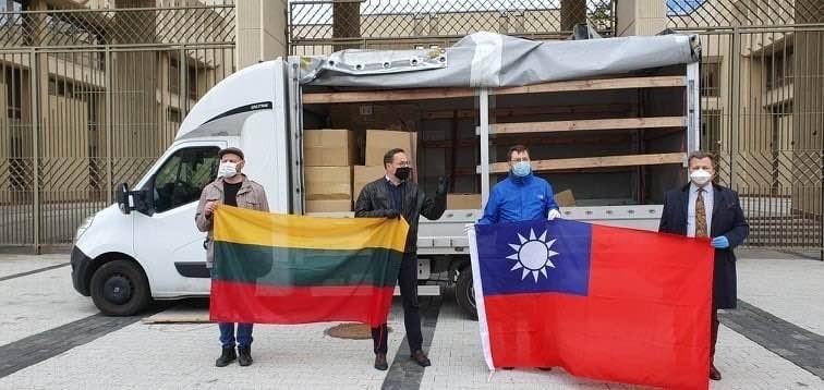 立陶宛國會友台小組主席 Gintaras Steponavičius 與國會議員 Žygis Pavilionis 和 Mantas Adomenas 等人特別持巨幅的立陶宛國旗和中華民國國旗,見證台灣援助口罩抵達。(取自Gintaras Steponavičius 臉書)