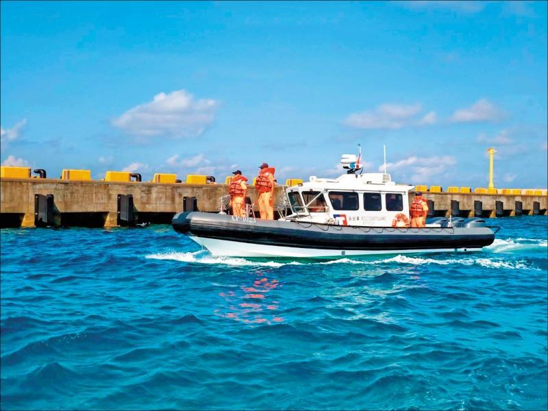 海巡署艦隊分署「CP-1023」多功能艇,19日運抵南沙太平島,高雄海巡隊南沙分隊隨即展開船舶性能操駕訓練。(圖:海巡署艦隊分署提供)