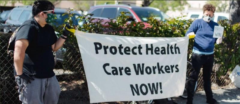 21日護理師前往白宮抗議,呼籲個人醫療裝備優先分配給醫護人員。(圖擷取自推特)