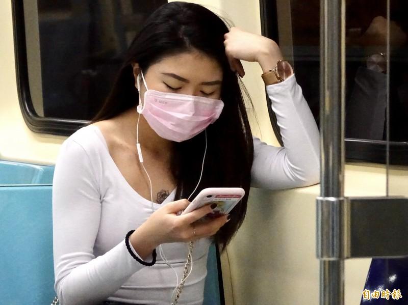 因應武漢肺炎延燒,中央流行疫情指揮中心規定搭乘大眾運輸工具必須戴口罩,違者將依法開罰。(資料照)