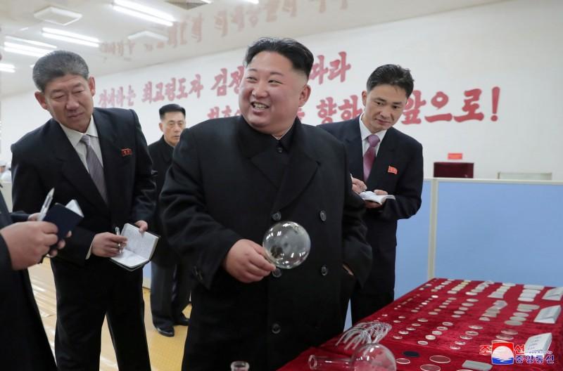 北韓領導人金正恩(中)。(路透資料照)