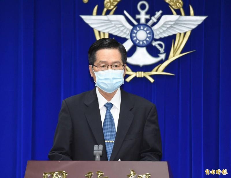 國防部長嚴德發今晚親上火線召開記者會致歉,並表示已向總統自請處分。(記者廖振輝攝)