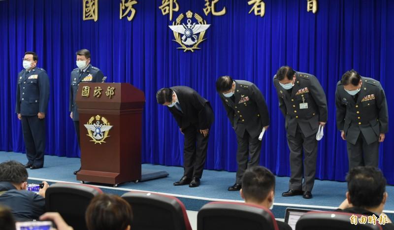 國防部長嚴德發今日率高階將官召開臨時記者會,並公開對國人鞠躬致歉。(記者廖振輝攝)