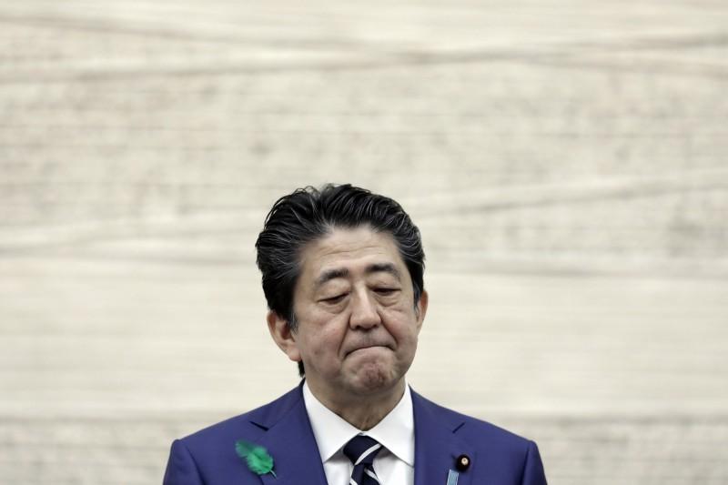 疫情爆發後,日本首相安倍晉三的防疫政策屢遭抨擊。(彭博)