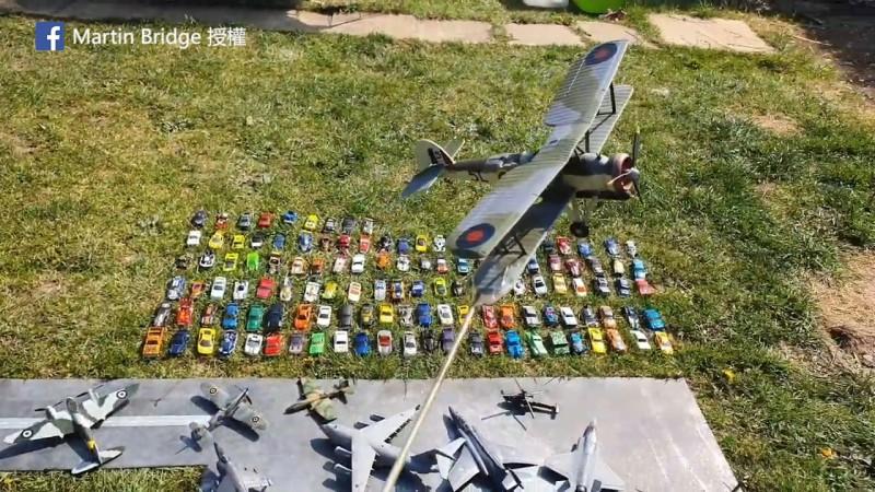 英國這戶航展粉絲拿出家中的飛機模型舉辦有聲有色的「待在家裡飛機表演秀」(圖片由Facebook帳號Martin Bridge授權提供使用)