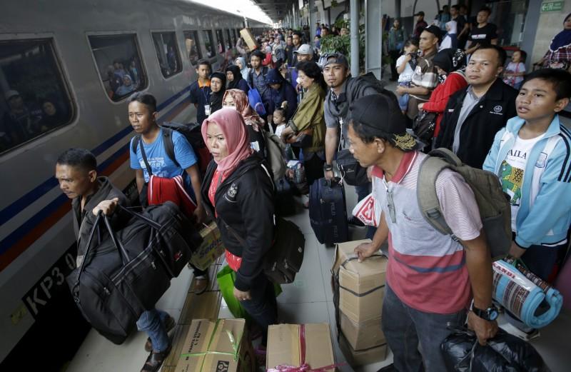 印尼齋戒月每年皆有返鄉潮,印尼總統佐科威今日則宣布,今年全面禁止返鄉。(美聯社資料照)