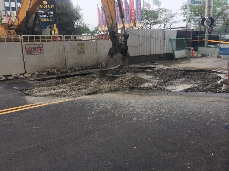 高市前金區光復三街坑洞填平。(記者王榮祥翻攝)
