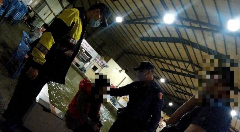警方查獲釣蝦場內有坐檯小姐(中)陪酒。(記者周敏鴻翻攝)