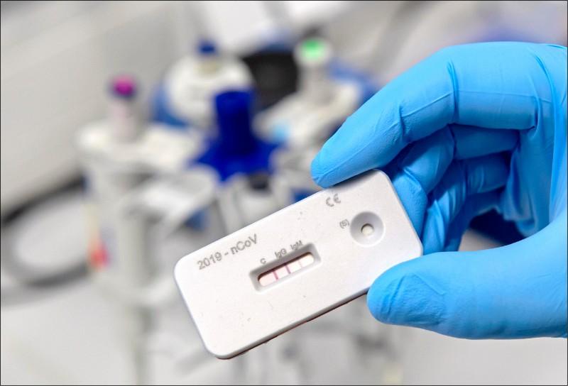 德國萊布尼茲光學技術研究所(Leibniz IPHT)實驗室的研究人員,展示新型冠狀病毒抗體檢測劑。(美聯社)