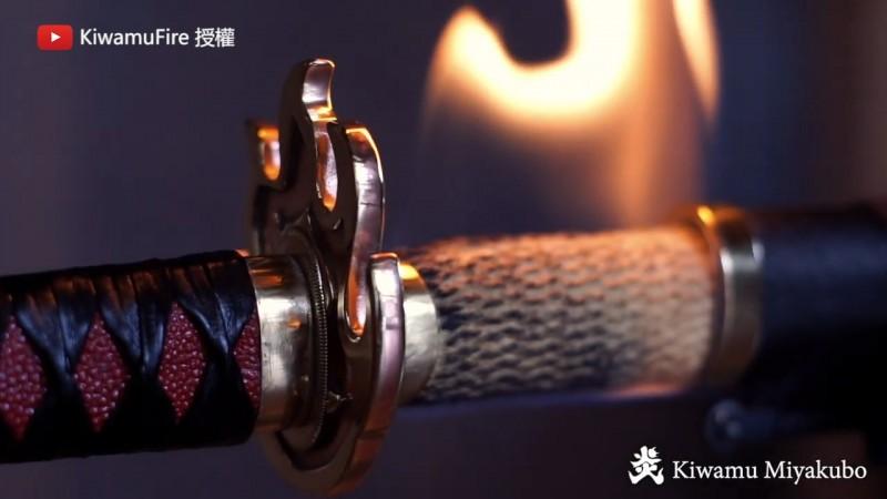 宮窪參考知名日本漫畫作品《鬼滅之刃》的日輪刀造型,將火焰附著在刀身上的狀態如實重現。(圖片由Youtube頻道KiwamuFire授權提供使用)