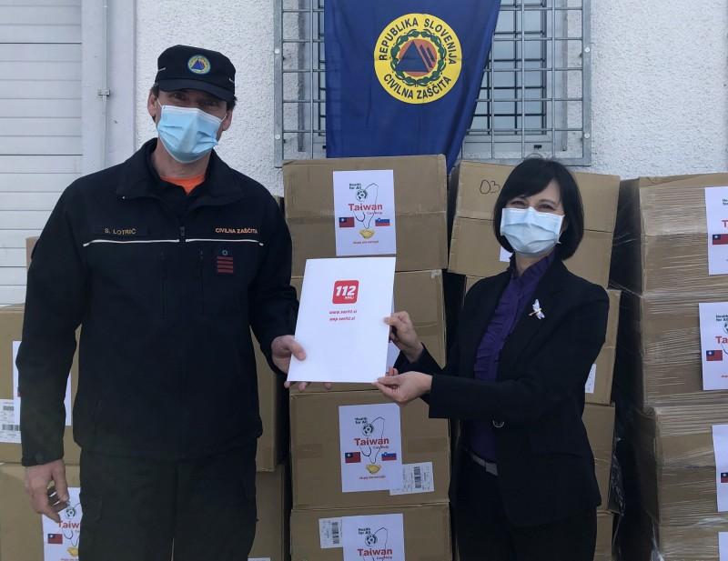 駐奧地利代表史亞平(右)當地時間21日代表台灣捐贈15萬片口罩給斯洛維尼亞,由斯洛維尼亞民防救災總署副署長洛特里希(左)代表接受。(中央社)